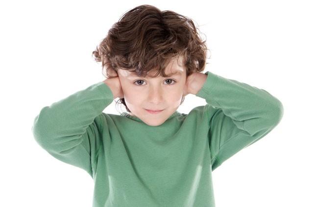 kid-cover-ears